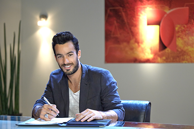 Pictured: (l-r) Aaron Diaz (Actor)-- Photo by: Alejandro Renteria/Telemundo